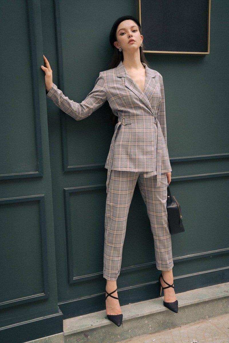 Kết hợp áo vest dáng dài với quần suông cùng tone màu và dép mũi nhọn giúp tôn dáng hiệu quả và ăn gian chiều cao đáng kể.