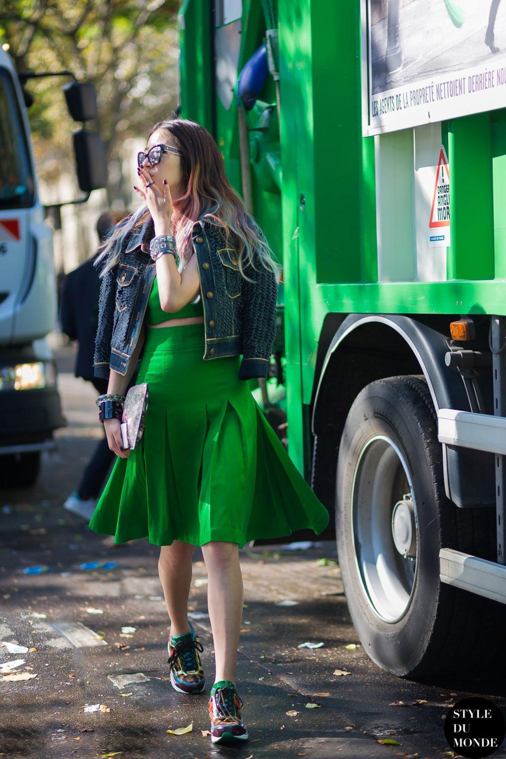 irene kim mặc áo croptop chân váy và áo khoác dạ màu xanh lá