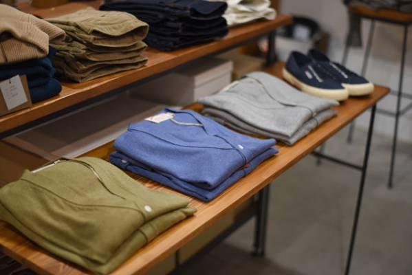 cách treo quần áo trong shop